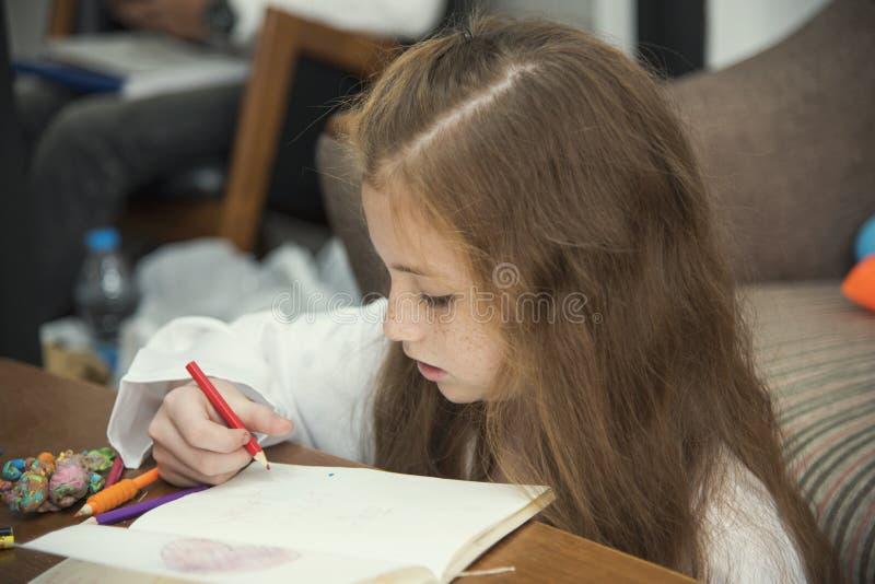 Tiragem da menina imagens coloridas usando pastéis do lápis imagens de stock