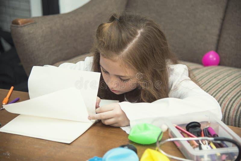 Tiragem da menina imagens coloridas usando pastéis do lápis imagem de stock royalty free