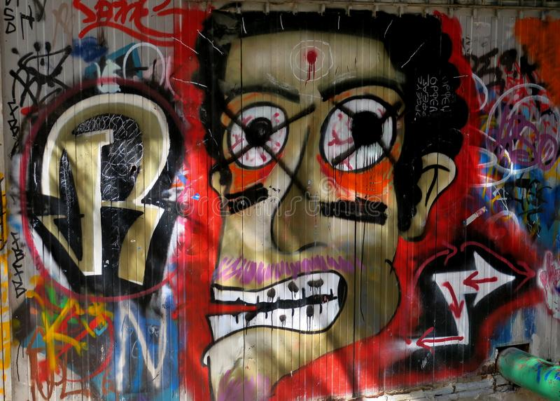 Tiragem em uma parede em uma das ruas de um fim grande da cidade acima fotografia de stock royalty free