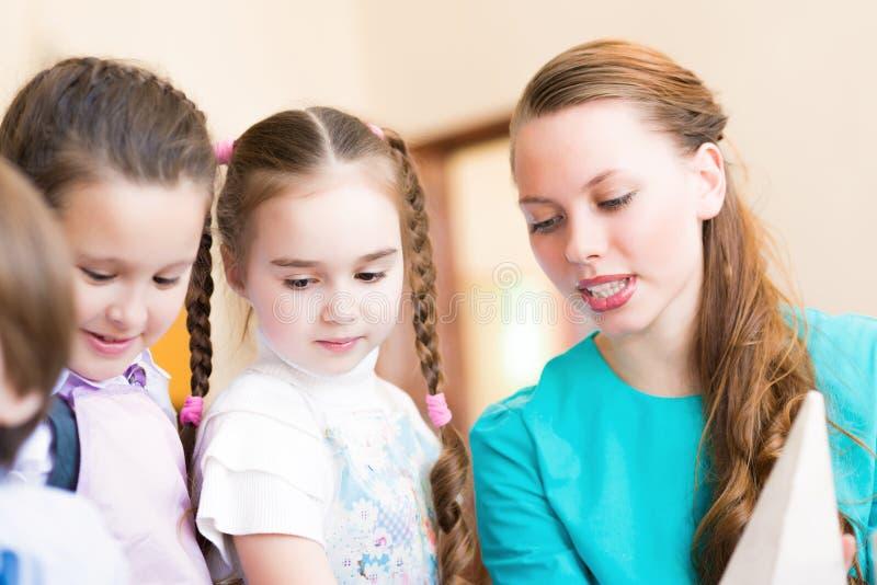 Tiraggio dei bambini con l'insegnante immagini stock libere da diritti