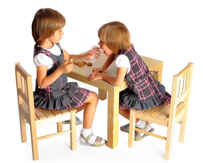 Tiraggio dei gemelli delle ragazze