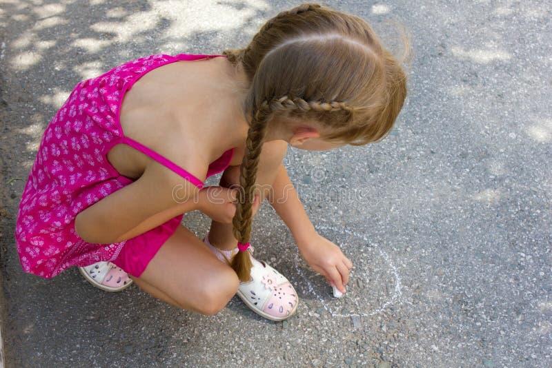 Tiraggio della ragazza su asfalto 5068 fotografia stock libera da diritti