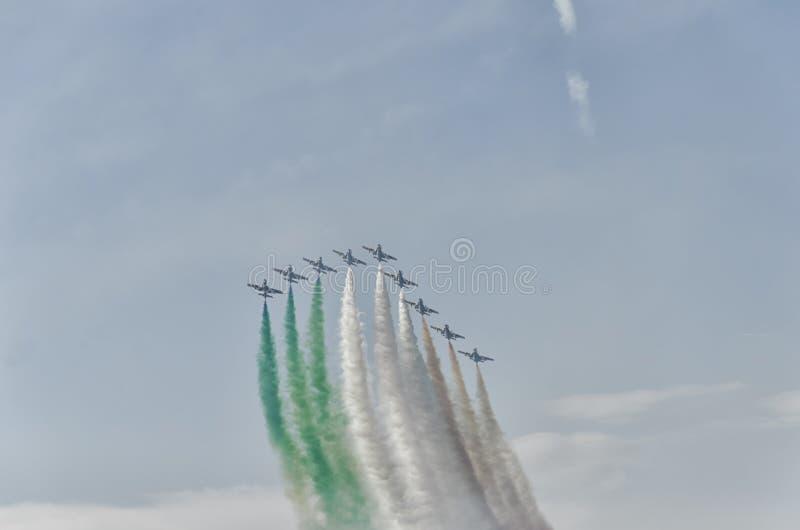 Tiraggio della traccia del fumo la bandiera italiana fotografia stock