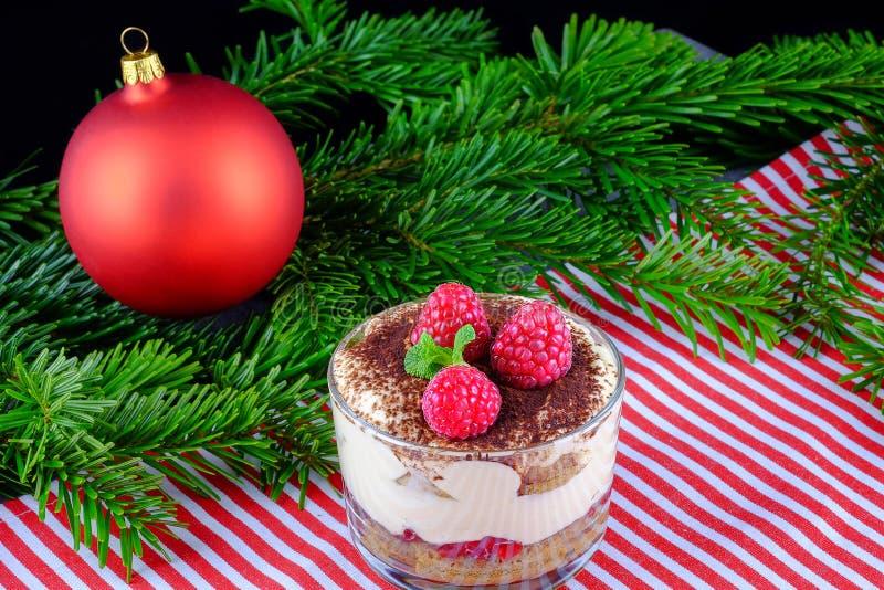 Tiramisù con i lamponi freschi come dessert per il dinne di Natale immagine stock