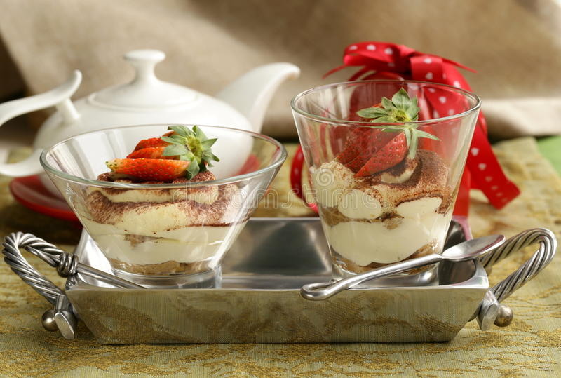 Tiramisù italiano del dessert decorato con le fragole fotografia stock