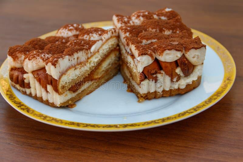 Tiramisù italiano tradizionale del dessert su una tavola immagini stock libere da diritti