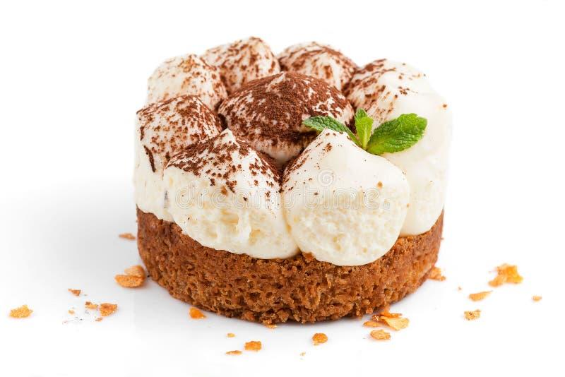 Tiramisu κέικ αέρα που ψεκάζεται με τη σοκολάτα σε ένα άσπρο υπόβαθρο στοκ φωτογραφία