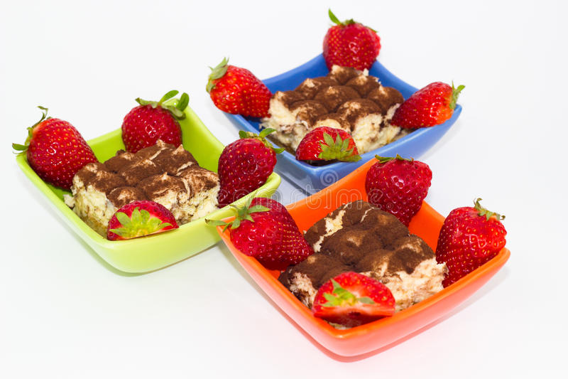 Tiramisu avec des fraises images stock