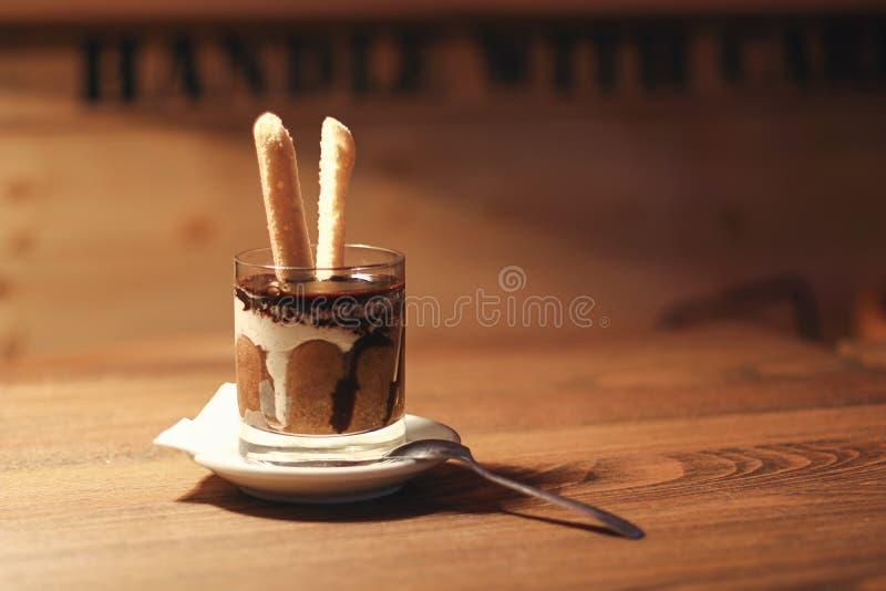 Download Tiramisu Dans Une Tasse En Verre Tiramisu Dans Le Verre Sur Le Fond En Bois Photo stock - Image du gourmet, cuvette: 77151814