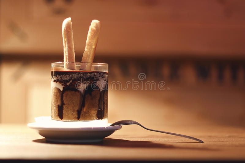 Download Tiramisu Dans Une Tasse En Verre Tiramisu Dans Le Verre Sur Le Fond En Bois Photo stock - Image du saveur, cuisine: 77153974