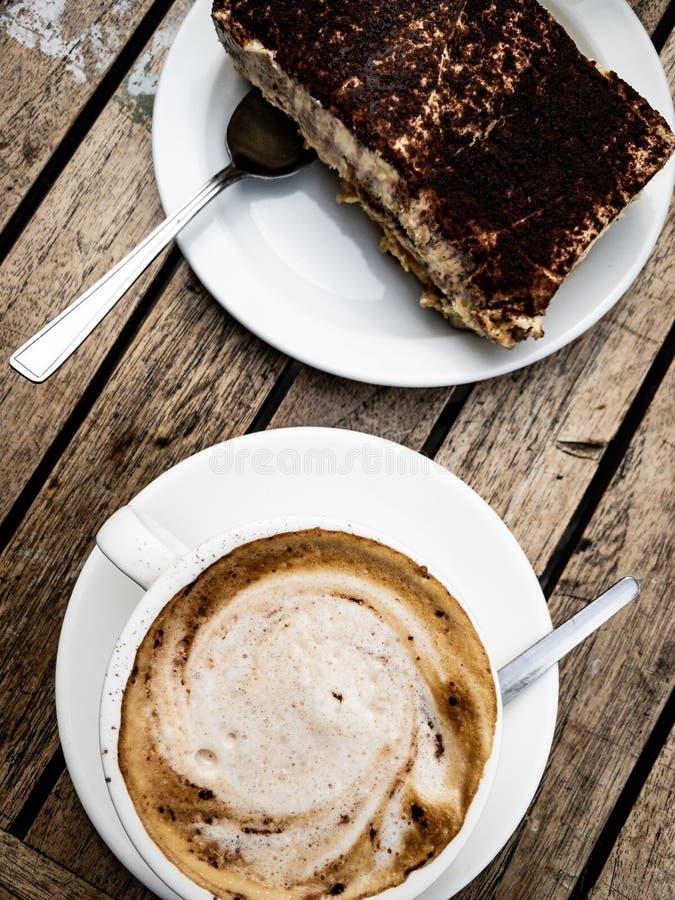 Tiramisu e cappuccino italianos foto de stock royalty free