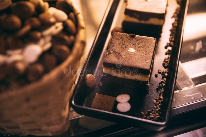 Tiramisu is een koffie-op smaak gebracht Italiaans dessert op zwart dienblad klaar waarvoor verkoop royalty-vrije stock foto