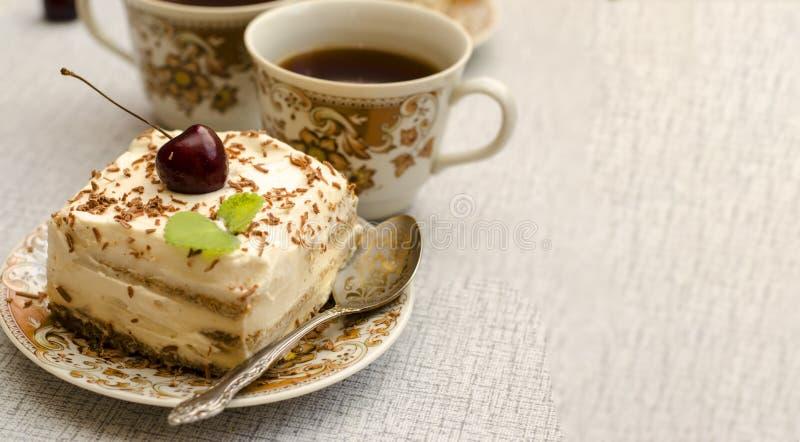 Tiramisu, ein traditioneller italienischer Nachtisch in einem hellen Hintergrund Nahaufnahme stockfotos