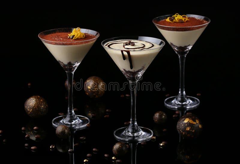 Tiramisu en los vidrios de Martini Postre italiano tradicional selec fotografía de archivo
