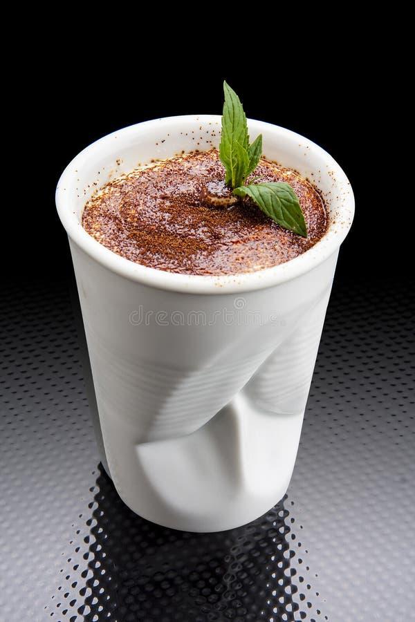 Tiramisu i ett keramiskt disponibelt exponeringsglas arkivbilder