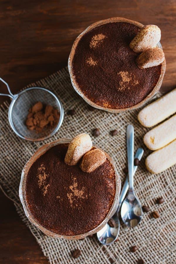 Tiramisu italiano da sobremesa em um prato da sundae imagens de stock