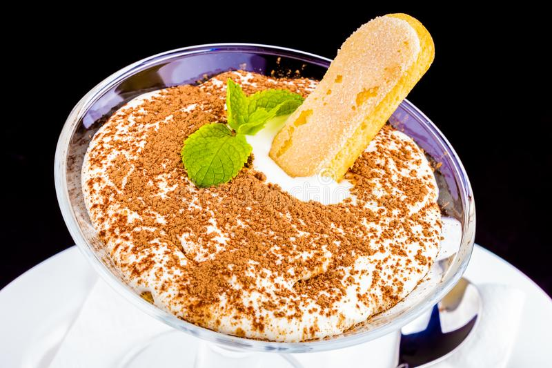 Tiramisu italien traditionnel de dessert dans un verre photos stock