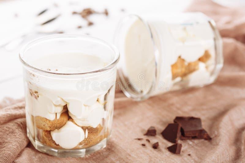 Tiramisu-Kremeis-Schokoladen-Nachtisch in der Glasschale stockfotografie