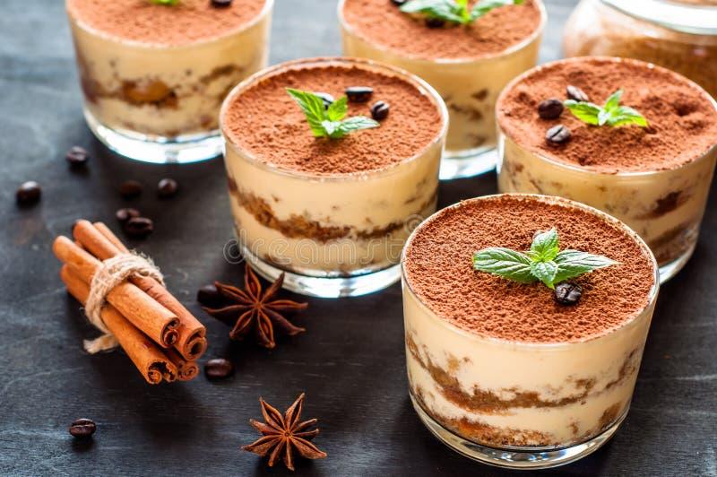 Tiramisu luxuoso da sobremesa em um vidro com feijões de café em um fundo escuro fotos de stock