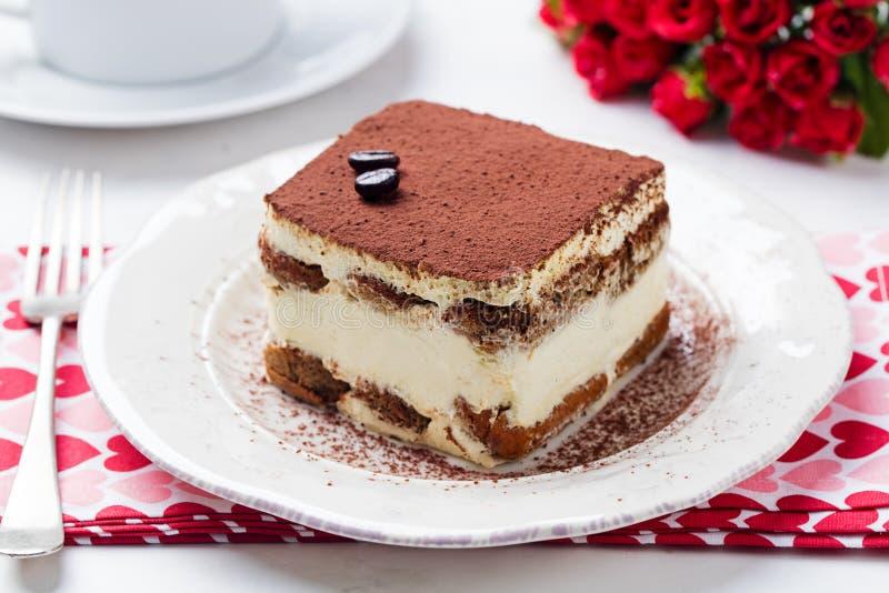 Tiramisu, tradycyjny Włoski deser na białym talerzu z bliska zdjęcia stock