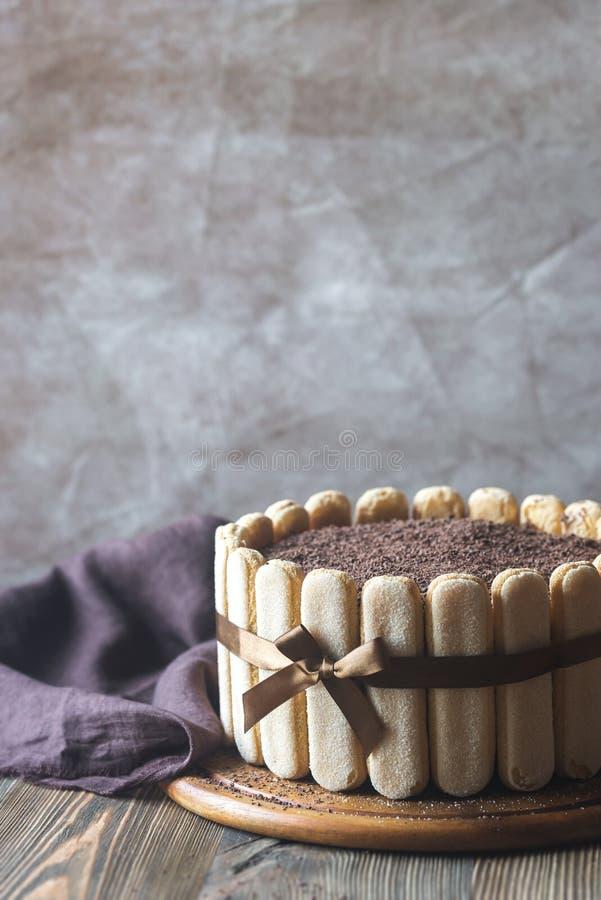 Tiramisukuchen auf dem h?lzernen Brett stockbilder