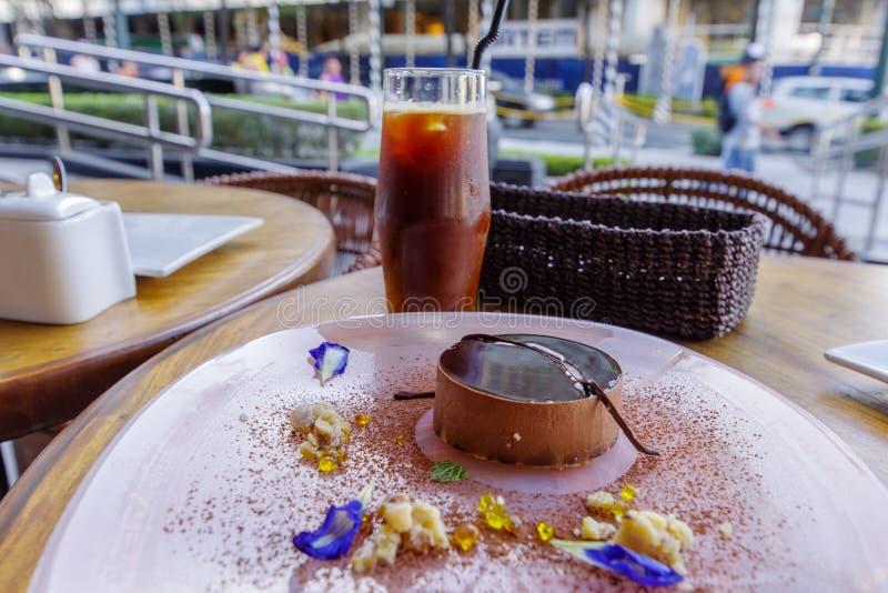 Tiramisukuchen auf der Platte, Manila stockfotografie