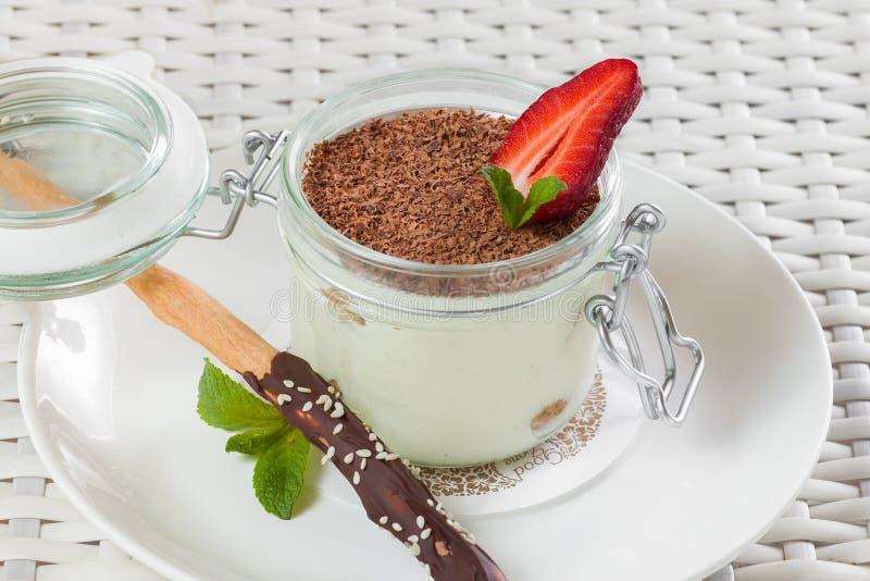 Tiramisunachtisch mit Schokoladenstöcken und stockfoto