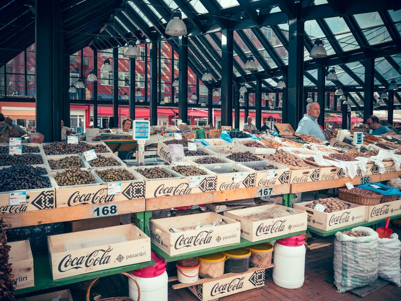 Tirana, Albanië, Juni 2018 - Fruit en plantaardige markt Tribune met vers fruit, meestal fig. stock foto