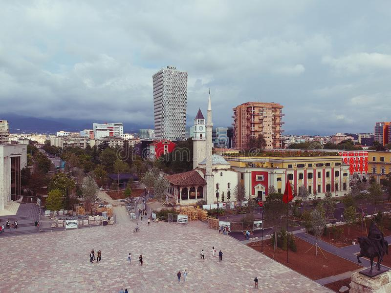 Tirana, Albania Maggio 2018: Vista panoramica del centro quadrato recentemente renocated della capitale di Scanderbeg fotografia stock