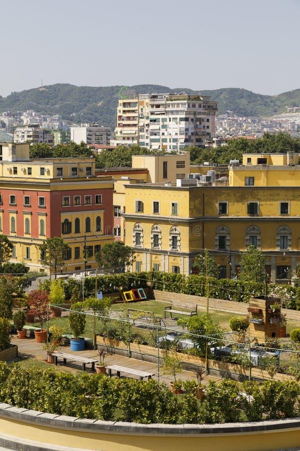 Tirana, Albanien, 8. Juli 2019: Innenstadt Tirana mit verschiedenen Ministerien in den gelben Häusern im Vordergrund lizenzfreies stockbild