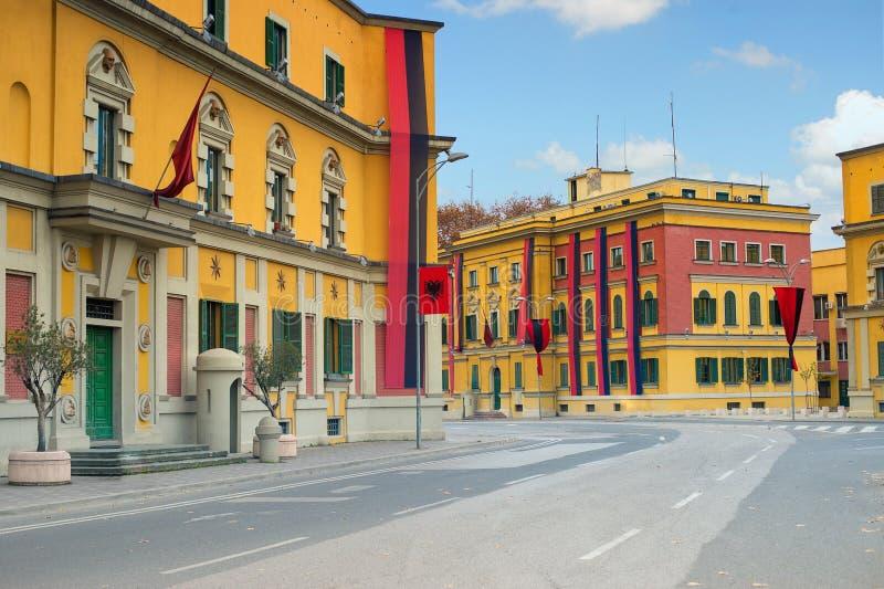 Tirana centrum ministerialni budynki dekorujący dla dnia niepodległości zdjęcia royalty free