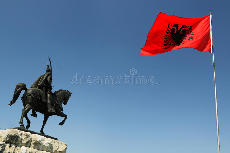 Tirana, l'Albania, monumento di Scanderbeg e bandiera nazionale fotografie stock libere da diritti