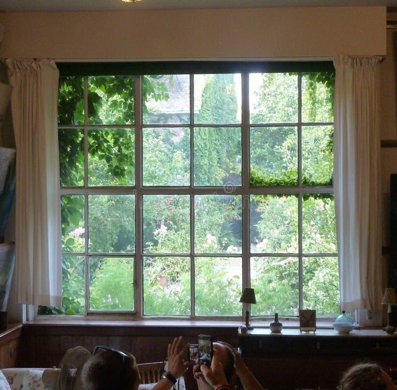 Tirando fotos na Casa de Claude Monet fotografia de stock royalty free