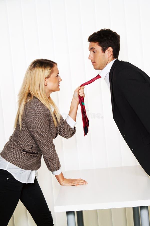 Tiranizar no local de trabalho. Agressão foto de stock