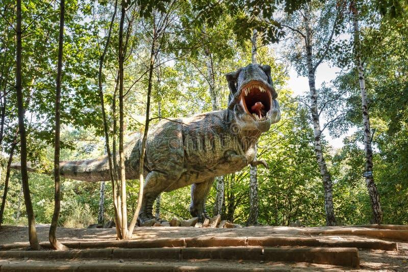 Tiranosaurio prehistórico Rex de los dinosaurios en fauna fotos de archivo libres de regalías