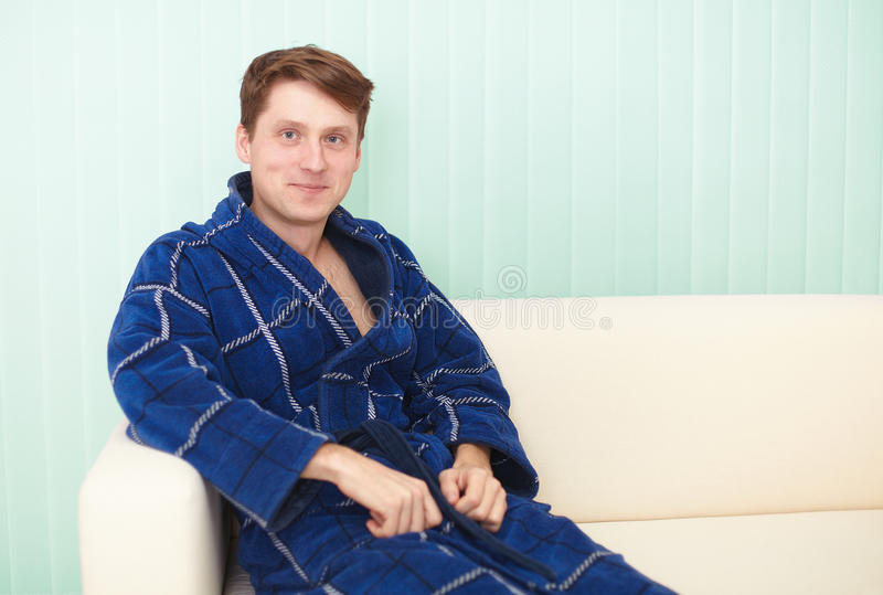 Tirante che si siede su uno strato in abito blu immagine stock libera da diritti