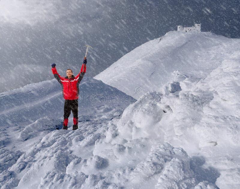 Tirante con un selezionamento di ghiaccio nelle montagne fotografie stock