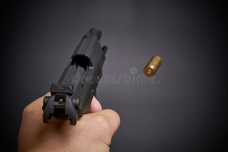 Tirar la pistola imagen de archivo