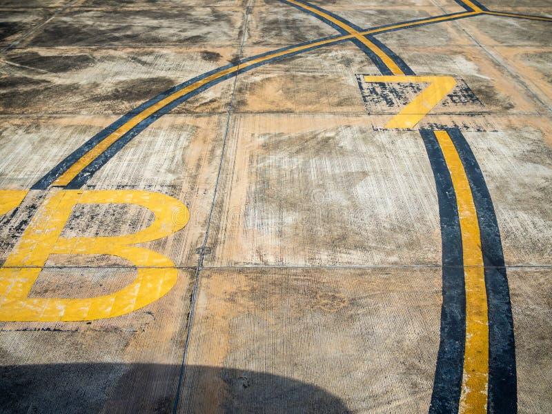 Tiras amarelas e pretas da curva na pista de decolagem fotos de stock royalty free