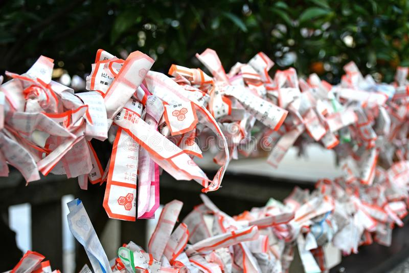 Tiras de papel de Omikuji no santuário de Kushida, cidade de Fukuoka imagens de stock royalty free