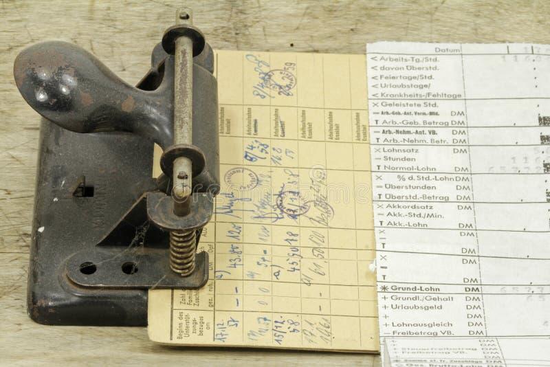 Tiras del salario y tarjeta del desempleo fotos de archivo