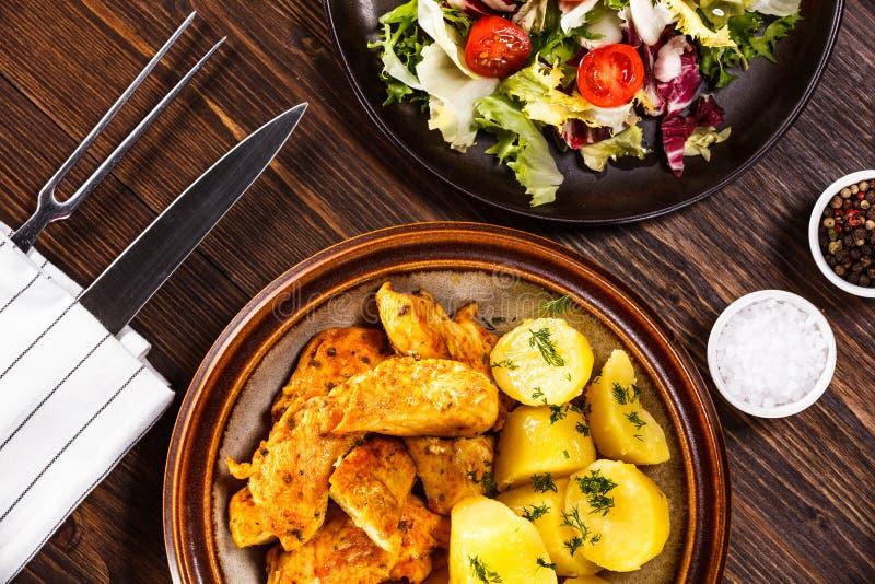 Tiras y verduras del pollo asado imagenes de archivo