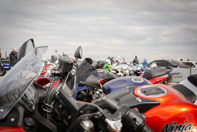 Tiraspol, el Moldavia - 11 de mayo de 2019: motocicleta Suzuki, Honda y otros de las bicis de la calle de la fricción en 11 torne fotos de archivo libres de regalías