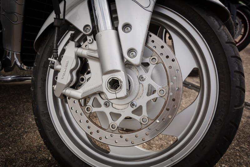 Tiraspol, Moldau - 11 mai 2019 : Moto de Suzuki de rue d'entrave avec le tokico de freins à disque, plan rapproché Emballage de l images libres de droits