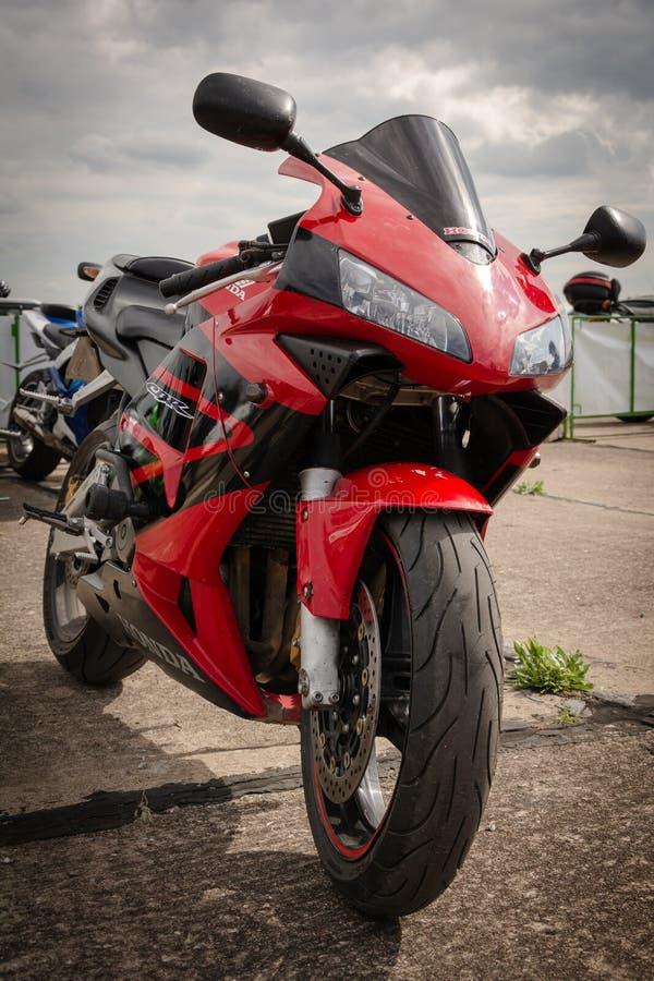Tiraspol, Moldavia - 11 maggio 2019: Motociclo della bici di Honda della via di resistenza pronto per la corsa a 11 torneo di cor fotografia stock