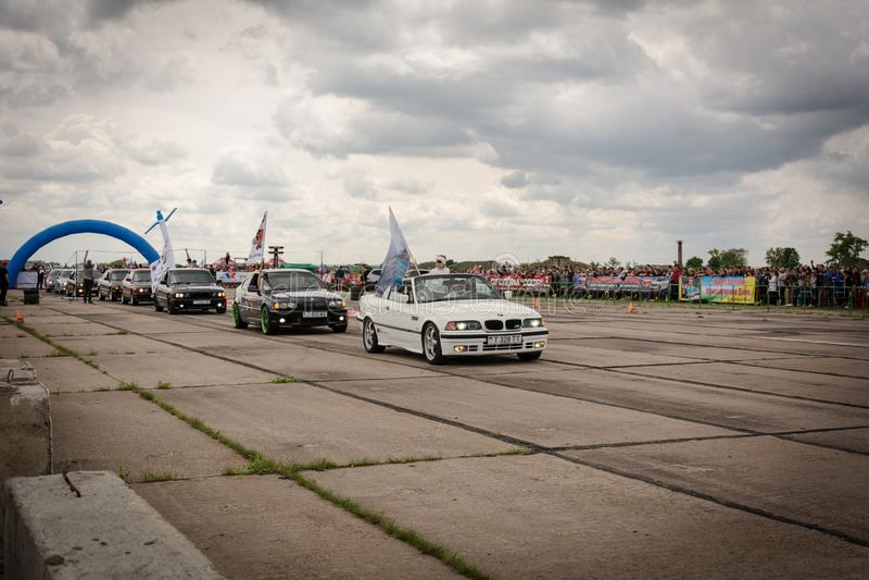 Tiraspol Moldavien - Maj 11, 2019: Bilar för friktion för öppnande konkurrens springa Träskbilar i hedern av öppningen fotografering för bildbyråer