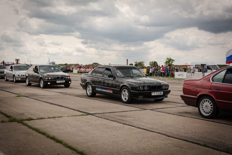 Tiraspol Moldavien - Maj 11, 2019: Bilar för friktion för öppnande konkurrens springa Träskbilar i hedern av öppningen arkivfoto