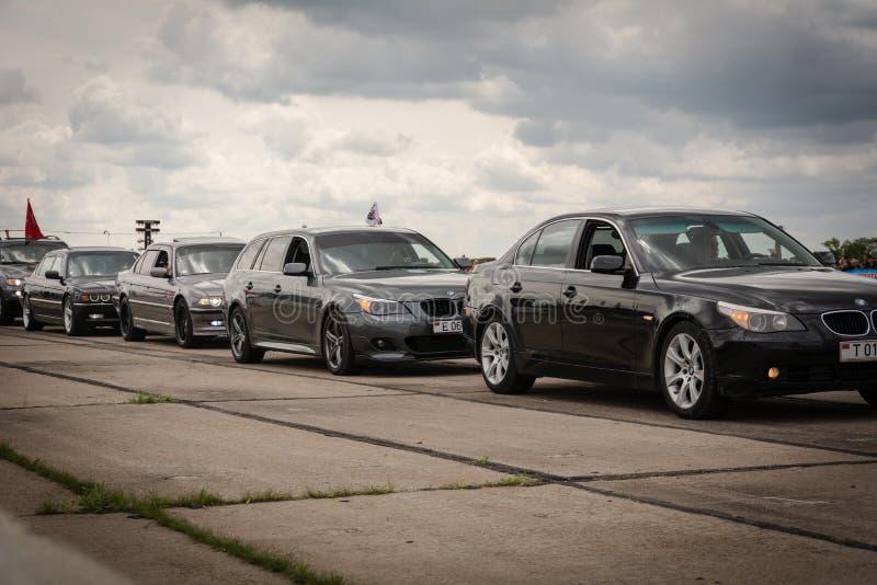 Tiraspol Moldavien - Maj 11, 2019: Bilar för friktion för öppnande konkurrens springa Träskbilar i hedern av öppningen royaltyfri fotografi