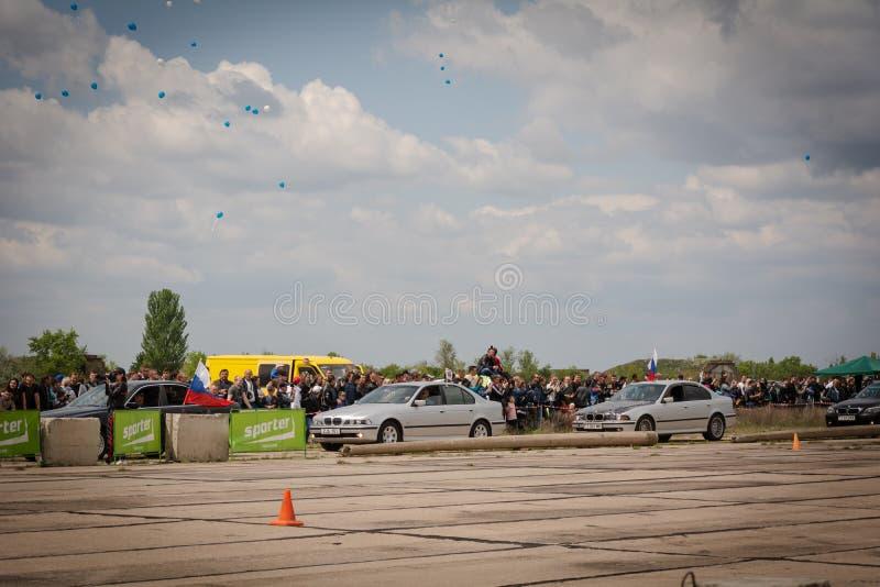 Tiraspol Moldavien - Maj 11, 2019: Bilar för friktion för öppnande konkurrens springa Träskbilar i hedern av öppningen arkivfoton