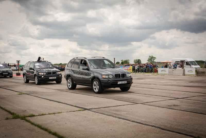 Tiraspol Moldavien - Maj 11, 2019: Bilar för friktion för öppnande konkurrens springa Träskbilar i hedern av öppningen royaltyfria foton